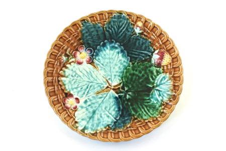 Piatto in ceramica barbotine con fragole foglie e fiori