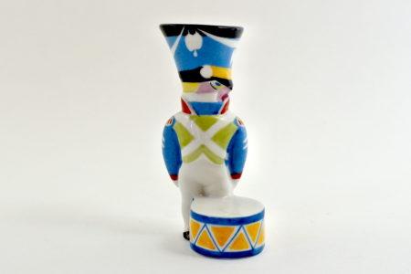 Portasale in ceramica a forma di tamburino in divisa