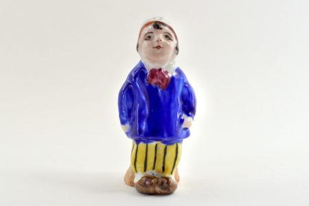 Portasale in ceramica policroma a forma di bambino