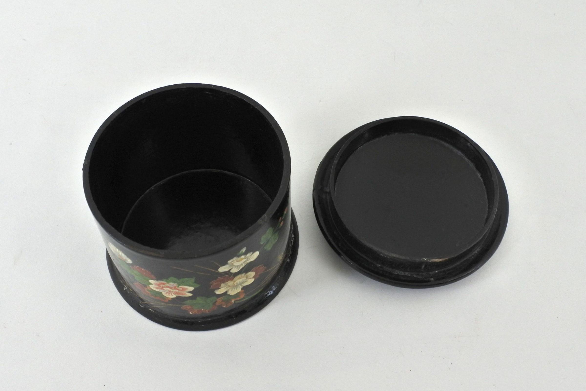 Scatola in papier mache laccata nera con decorazione floreale - 2