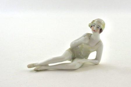 Statuina in ceramica con donna in costume - baigneuse