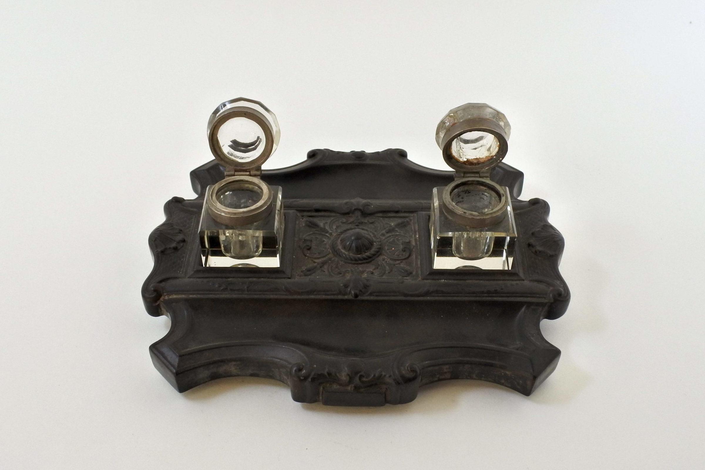 Calamaio con base in ebanite e ampolle porta inchiostro in vetro - 2