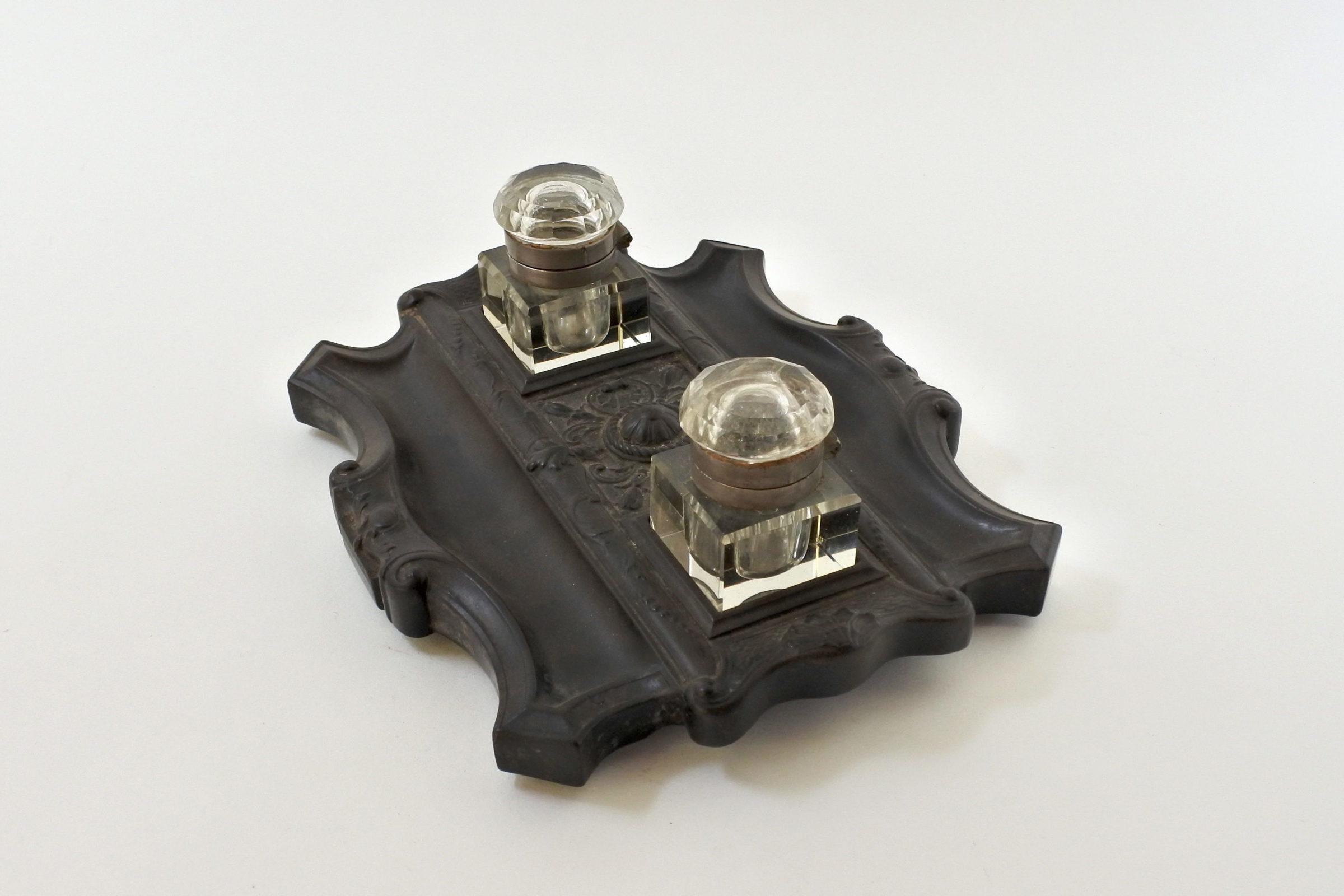 Calamaio con base in ebanite e ampolle porta inchiostro in vetro - 3