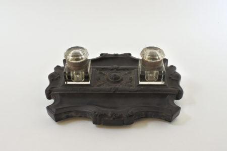 Calamaio con base in ebanite e ampolle porta inchiostro in vetro