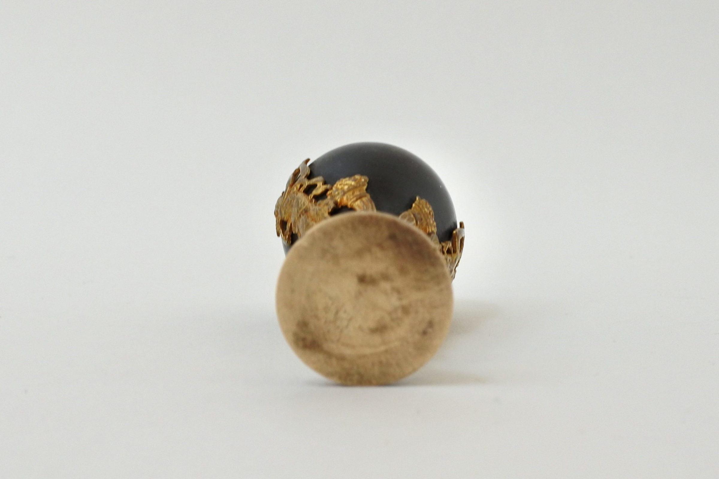 Sigillo in bronzo patinato con fregi in ottone dorato - 6