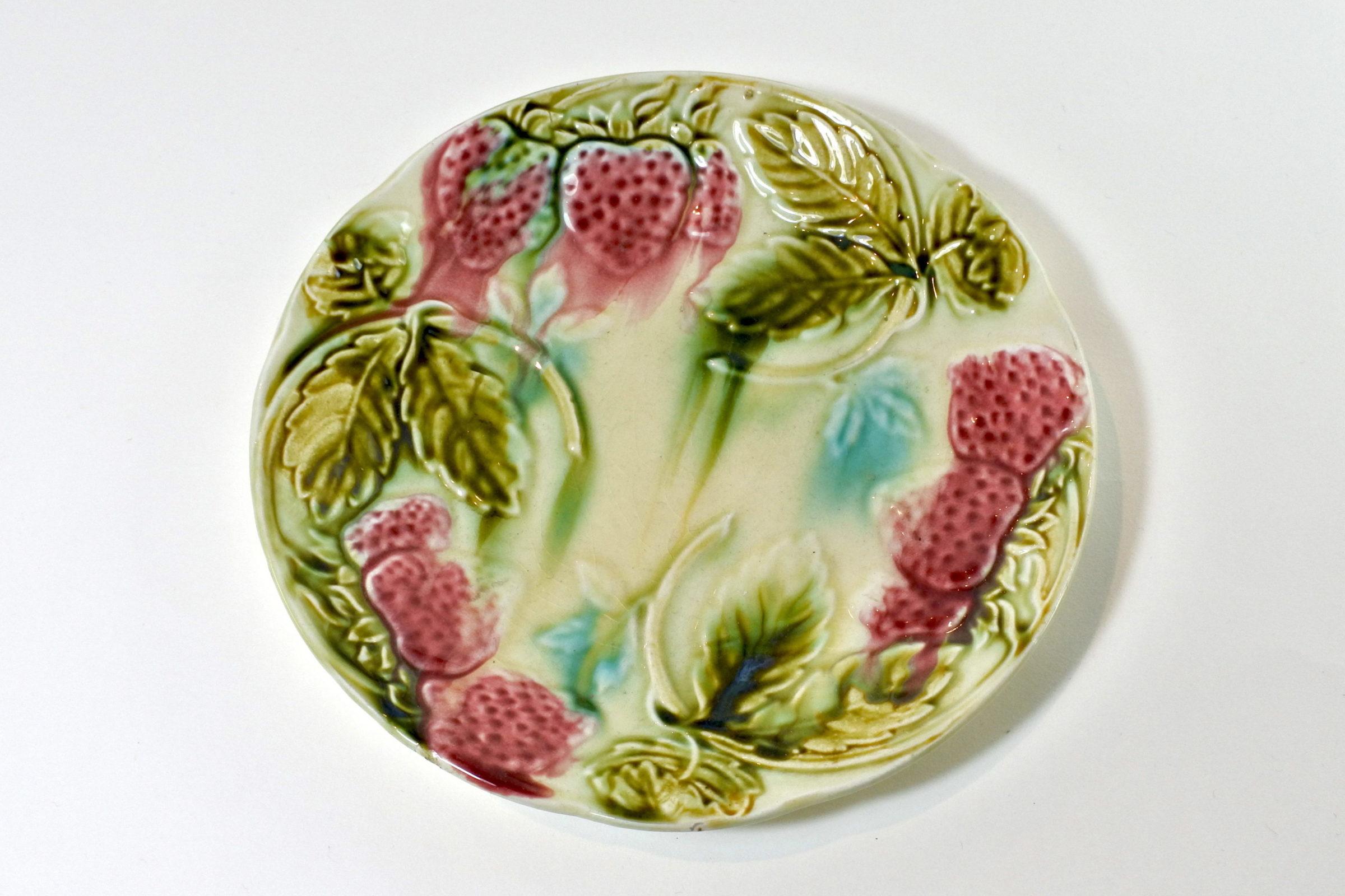 Piatto in ceramica barbotine con fragole - Sarreguemines