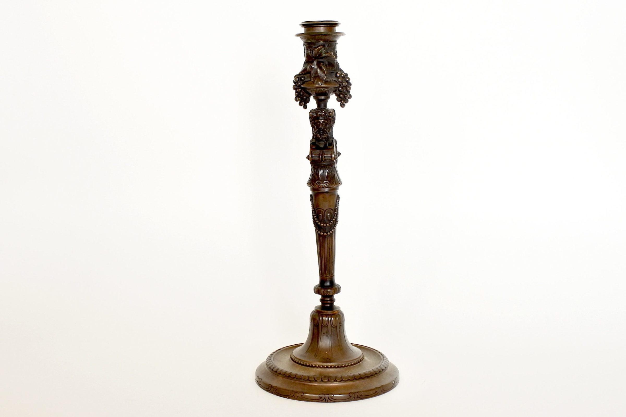 Candeliere bifacciale in bronzo finemente decorato - 3