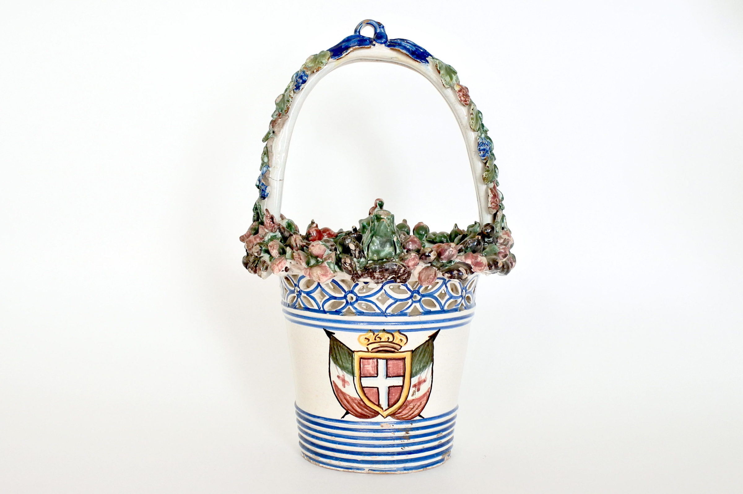Cestino in ceramica decorato con stemma Sabaudo