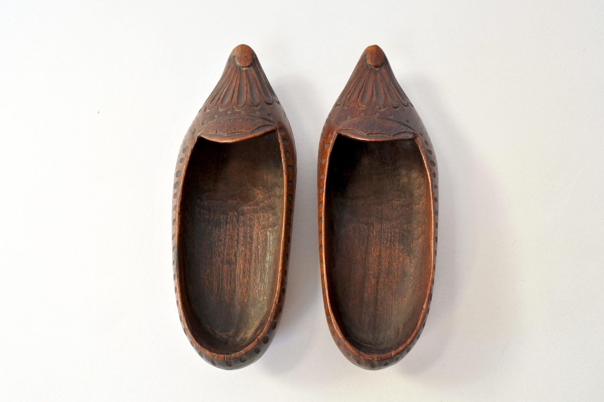 Coppia di zoccoletti in legno scolpito - 2