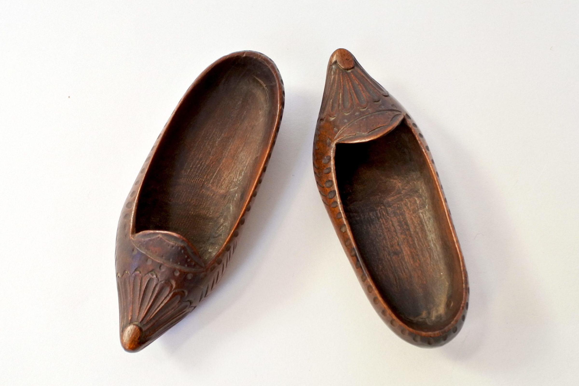 Coppia di zoccoletti in legno scolpito - 3
