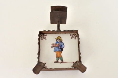 Posacenere con portafiammiferi in ferro e piastrella in ceramica