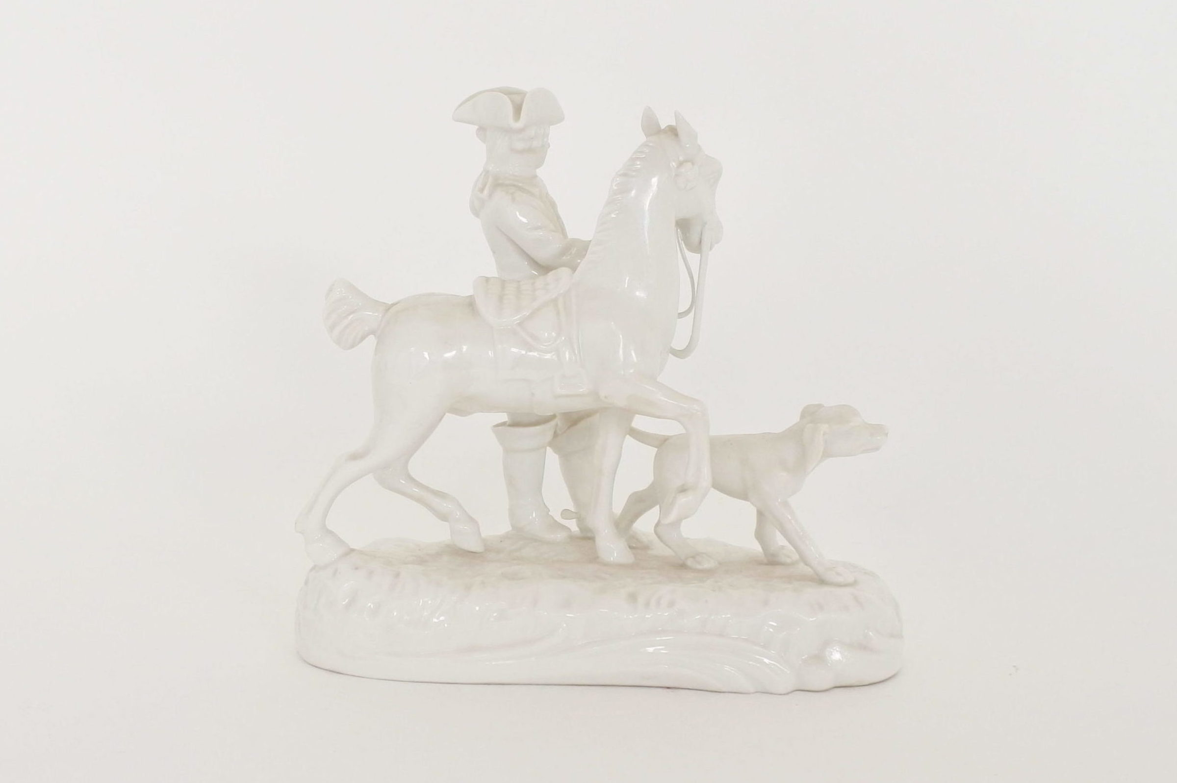 Statuina in porcellana bianca con cavaliere cavallo e cane - 3