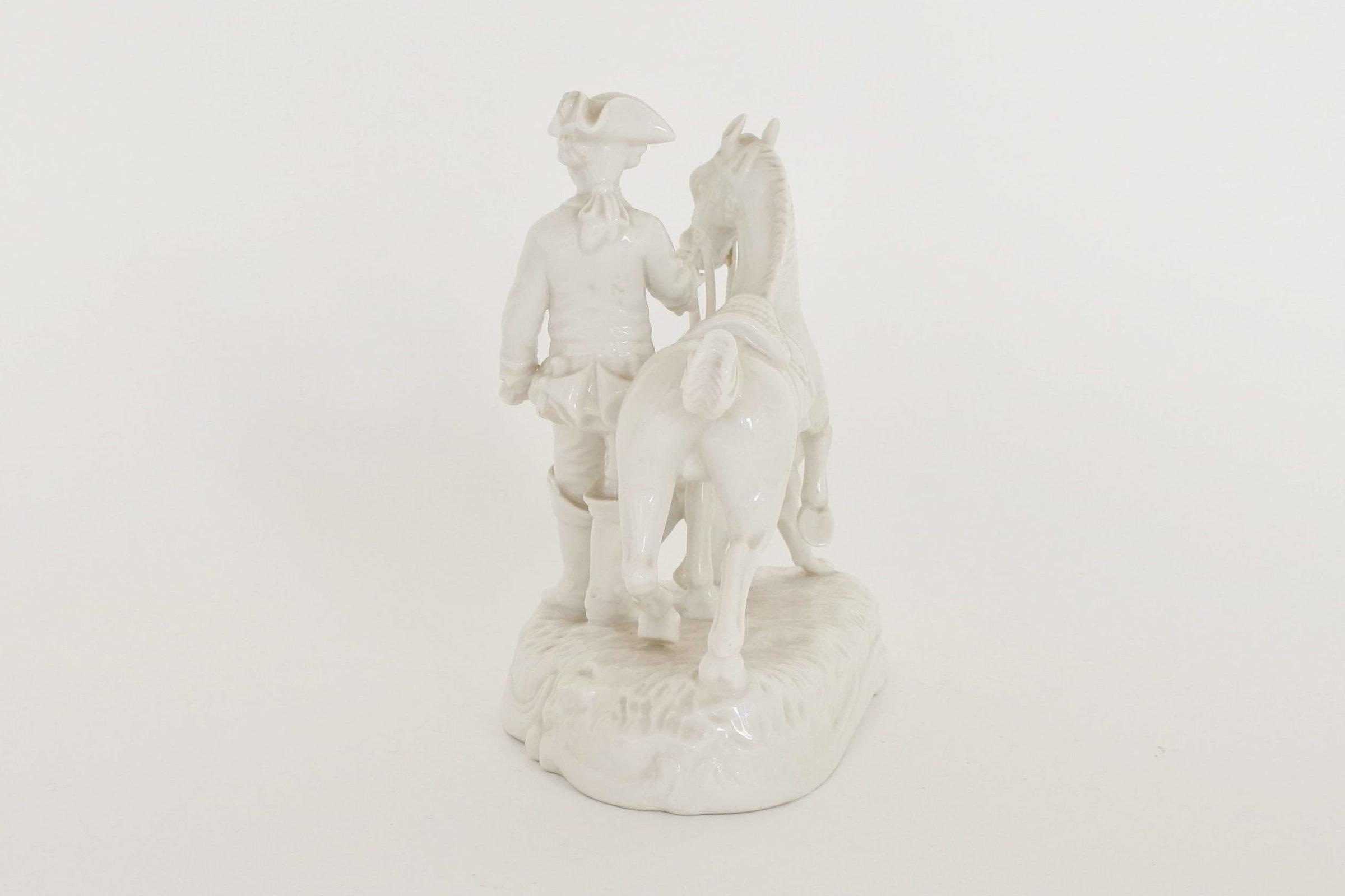 Statuina in porcellana bianca con cavaliere cavallo e cane - 4