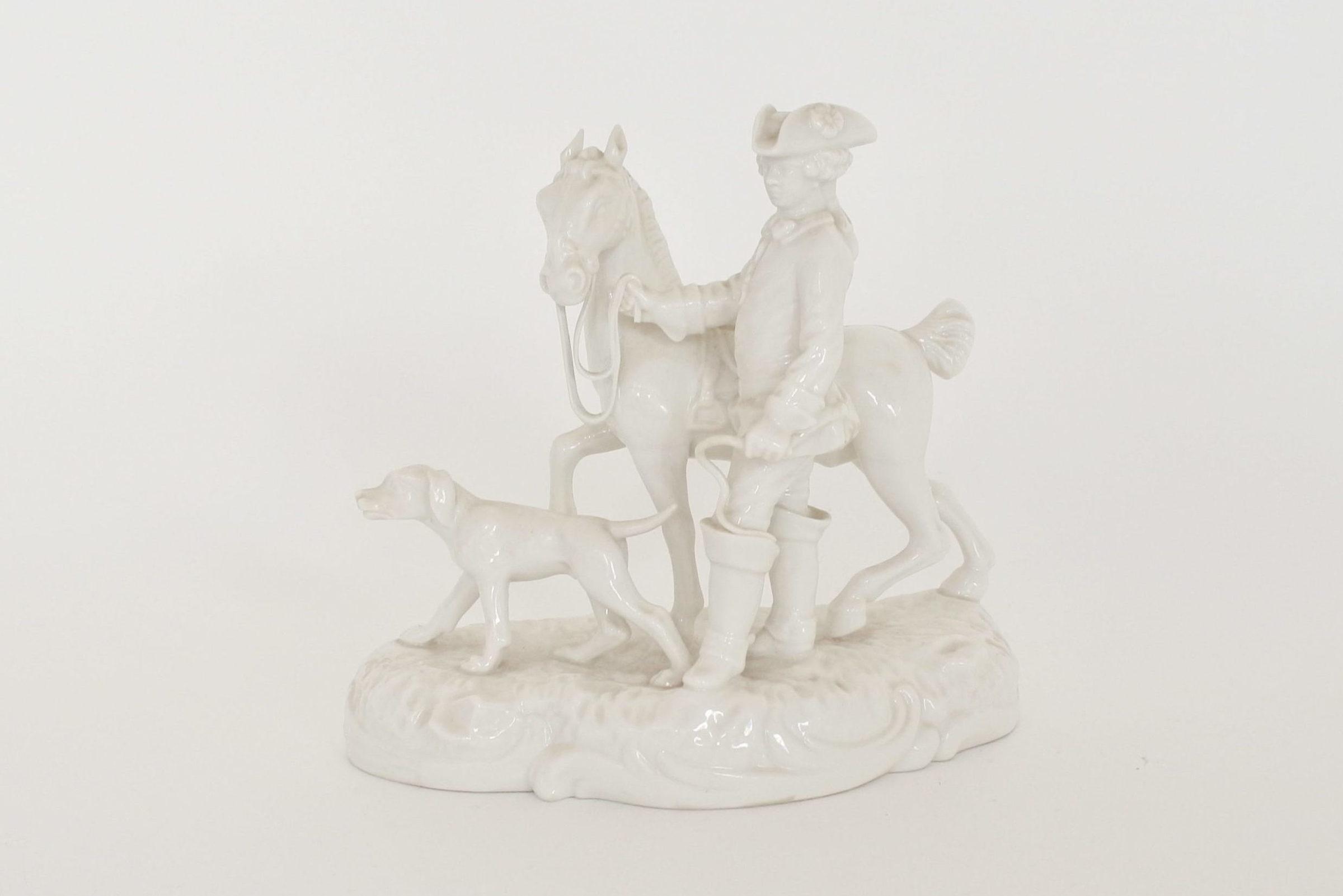 Statuina in porcellana bianca con cavaliere cavallo e cane