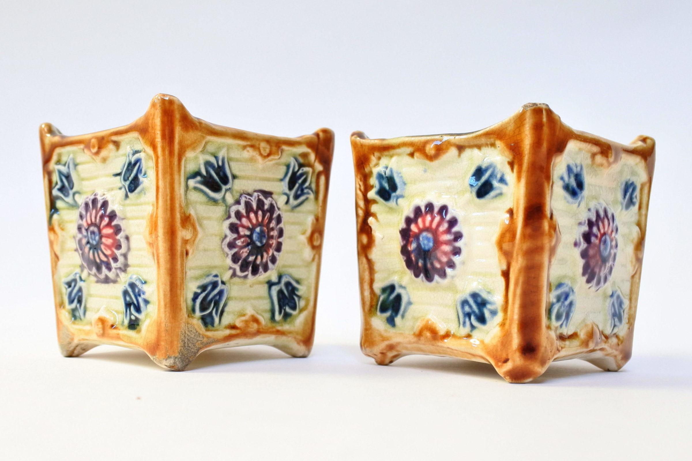 Coppia di piccoli cache pot in ceramica barbotine