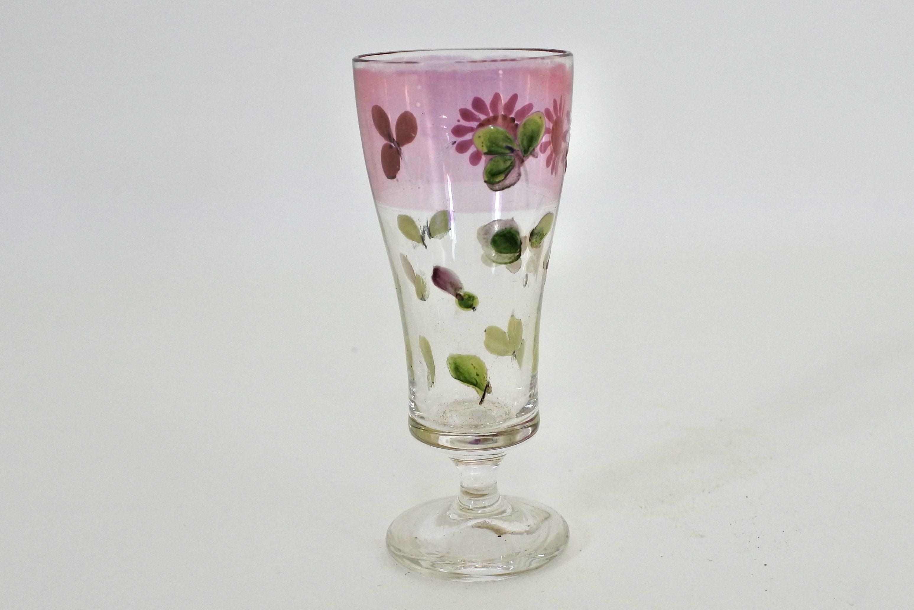 Bicchierino a calice in vetro soffiato e smalti con decoro di margherite su fascia rosa - 3