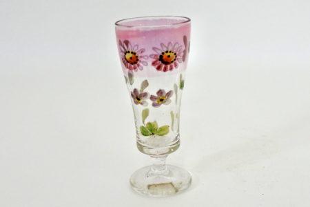 Bicchierino a calice in vetro soffiato e smalti con decoro di margherite su fascia rosa