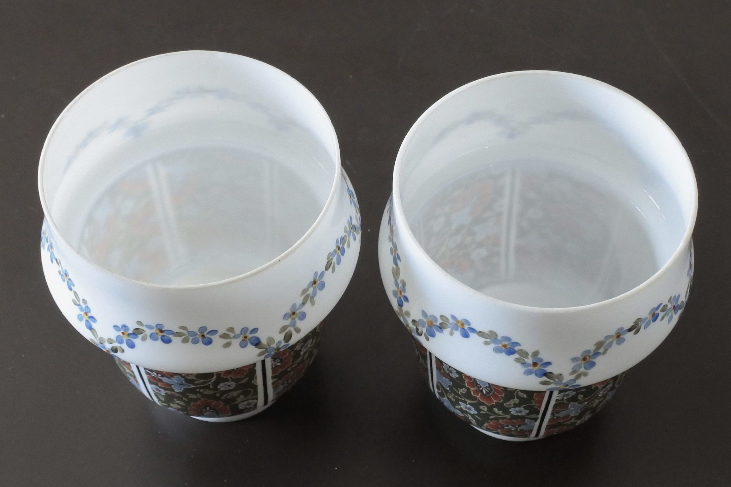 Coppia di tulipes per appliques in vetro opalino decorato con fiori - 2
