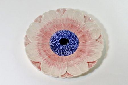 Piatto in ceramica barbotine con anemone e pistilli blu