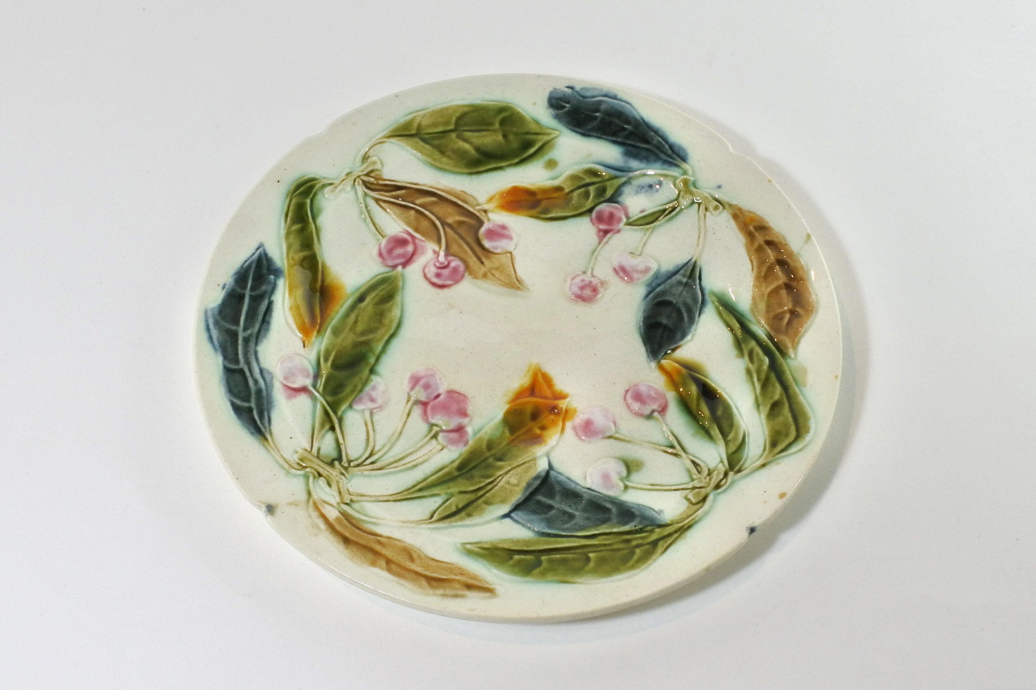 Piatto in ceramica barbotine con ciliegie e foglie