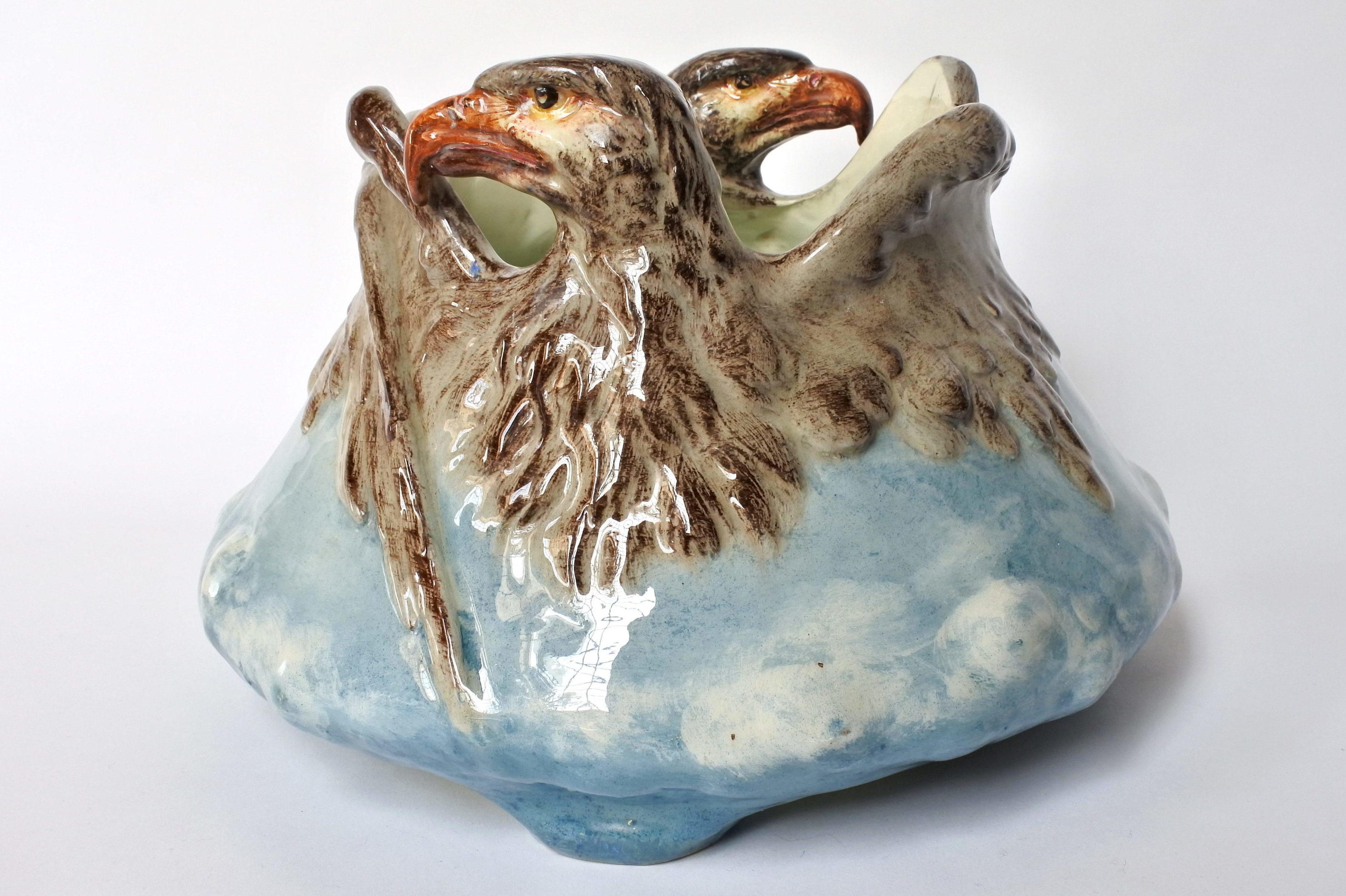 Cache pot Massier in ceramica barbotine con aquile ad ali spiegate