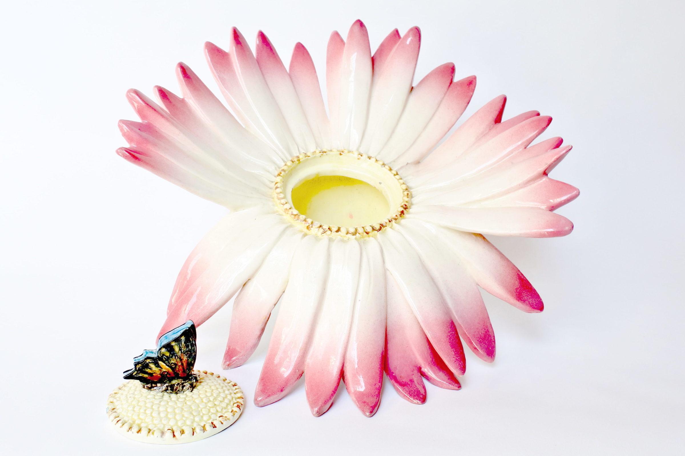 Centro tavola Massier in ceramica barbotine a forma di margherita con farfalla - 2