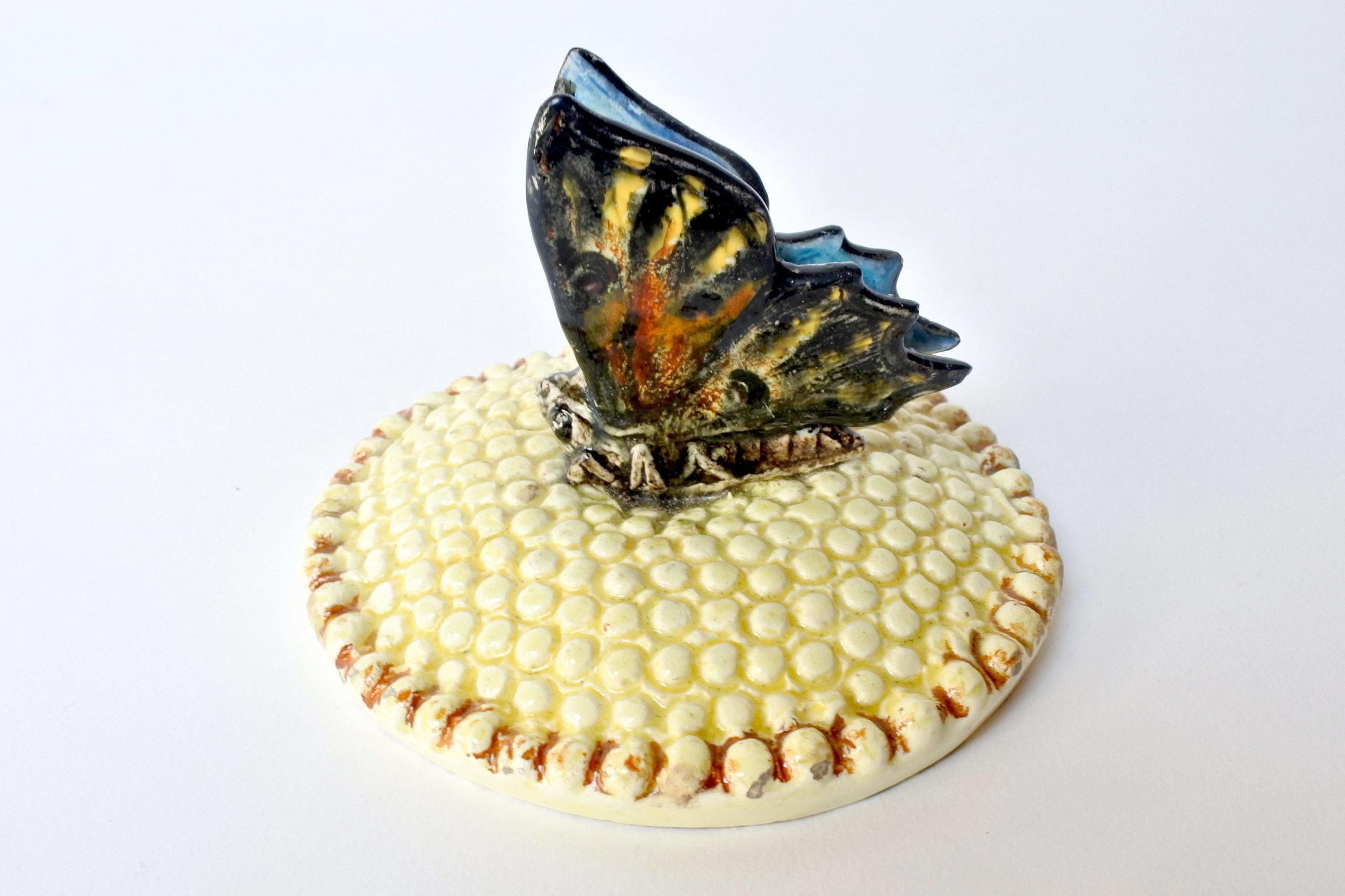 Centro tavola Massier in ceramica barbotine a forma di margherita con farfalla - 7