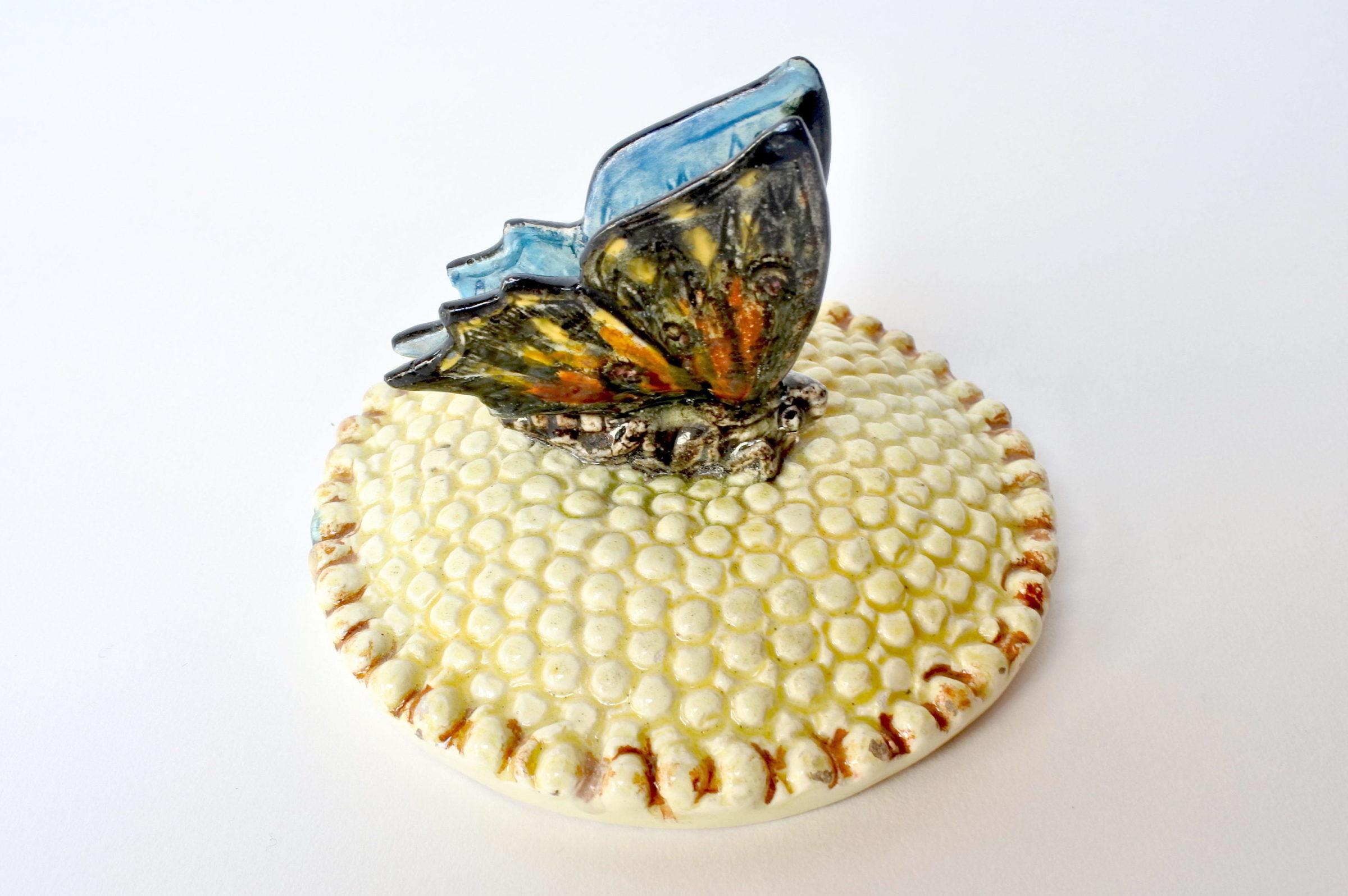 Centro tavola Massier in ceramica barbotine a forma di margherita con farfalla - 8