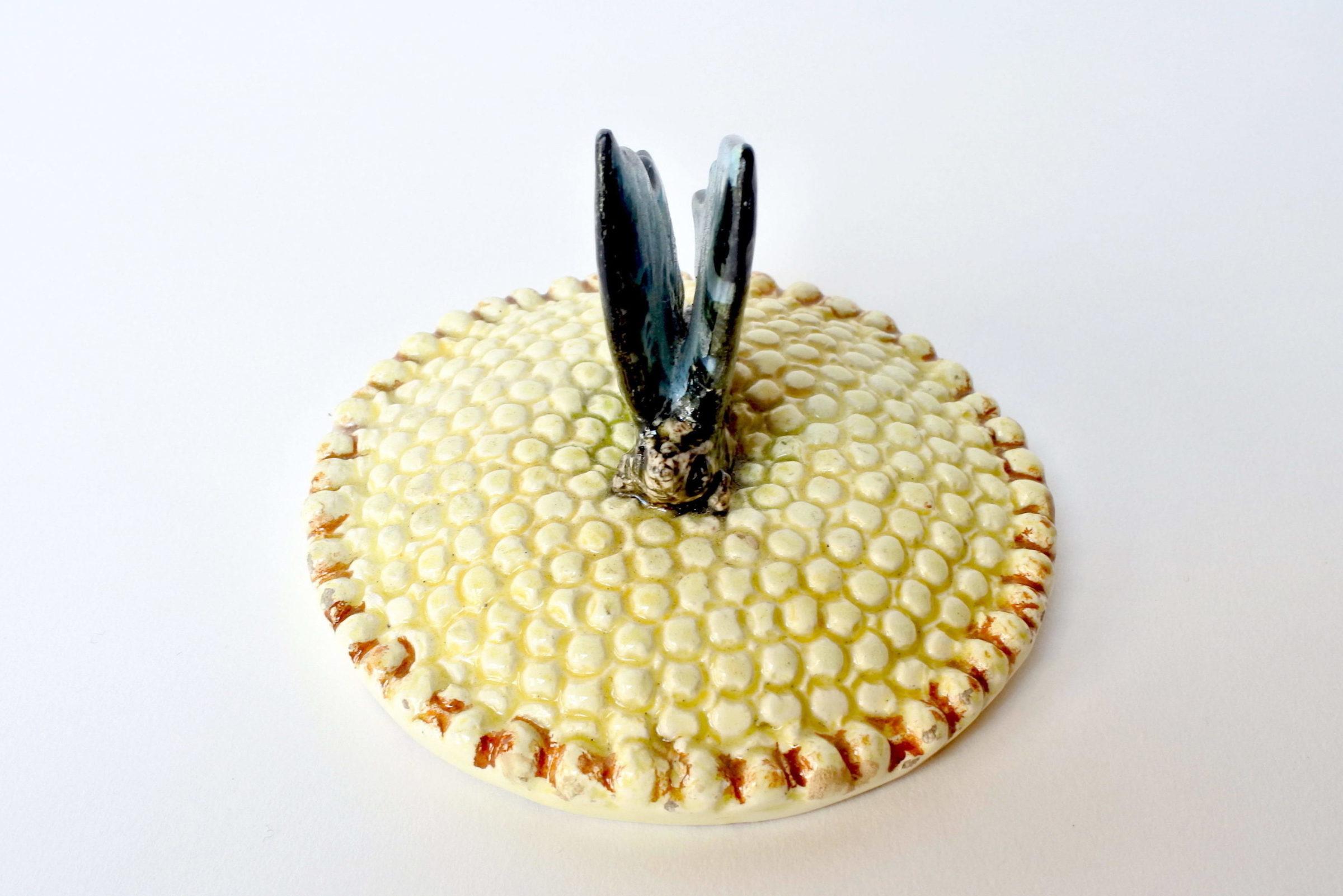 Centro tavola Massier in ceramica barbotine a forma di margherita con farfalla - 9
