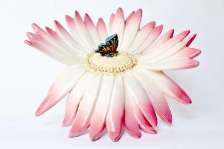 Centro tavola Massier in ceramica barbotine a forma di margherita con farfalla