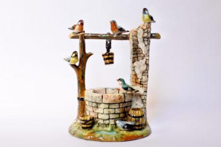 Jardinière Massier in ceramica barbotine a forma di pozzo con uccellini