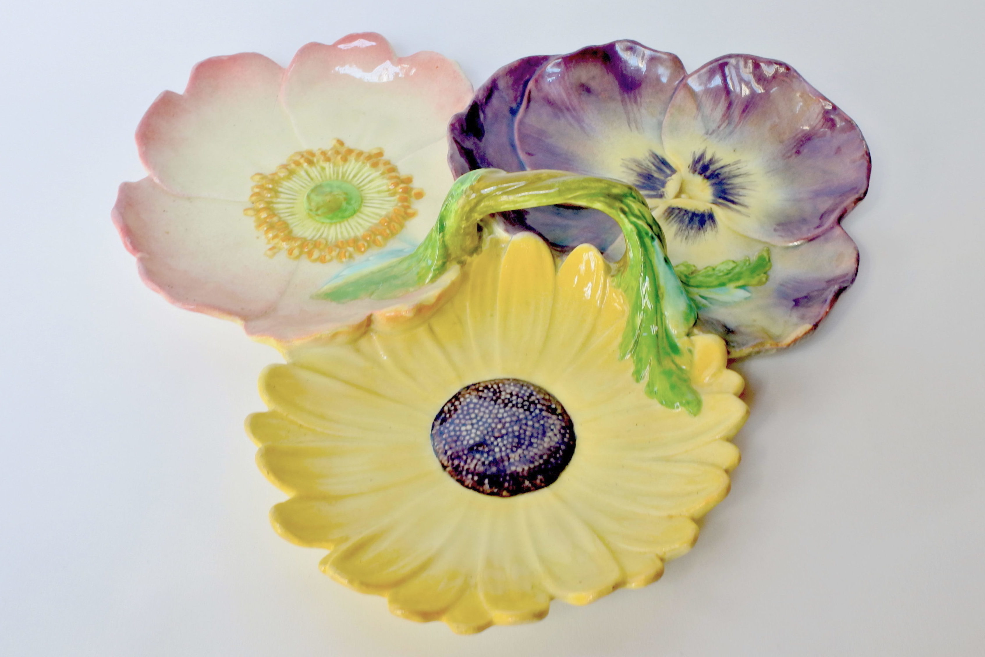 Présentoir Massier in ceramica barbotine a forma di tre fiori