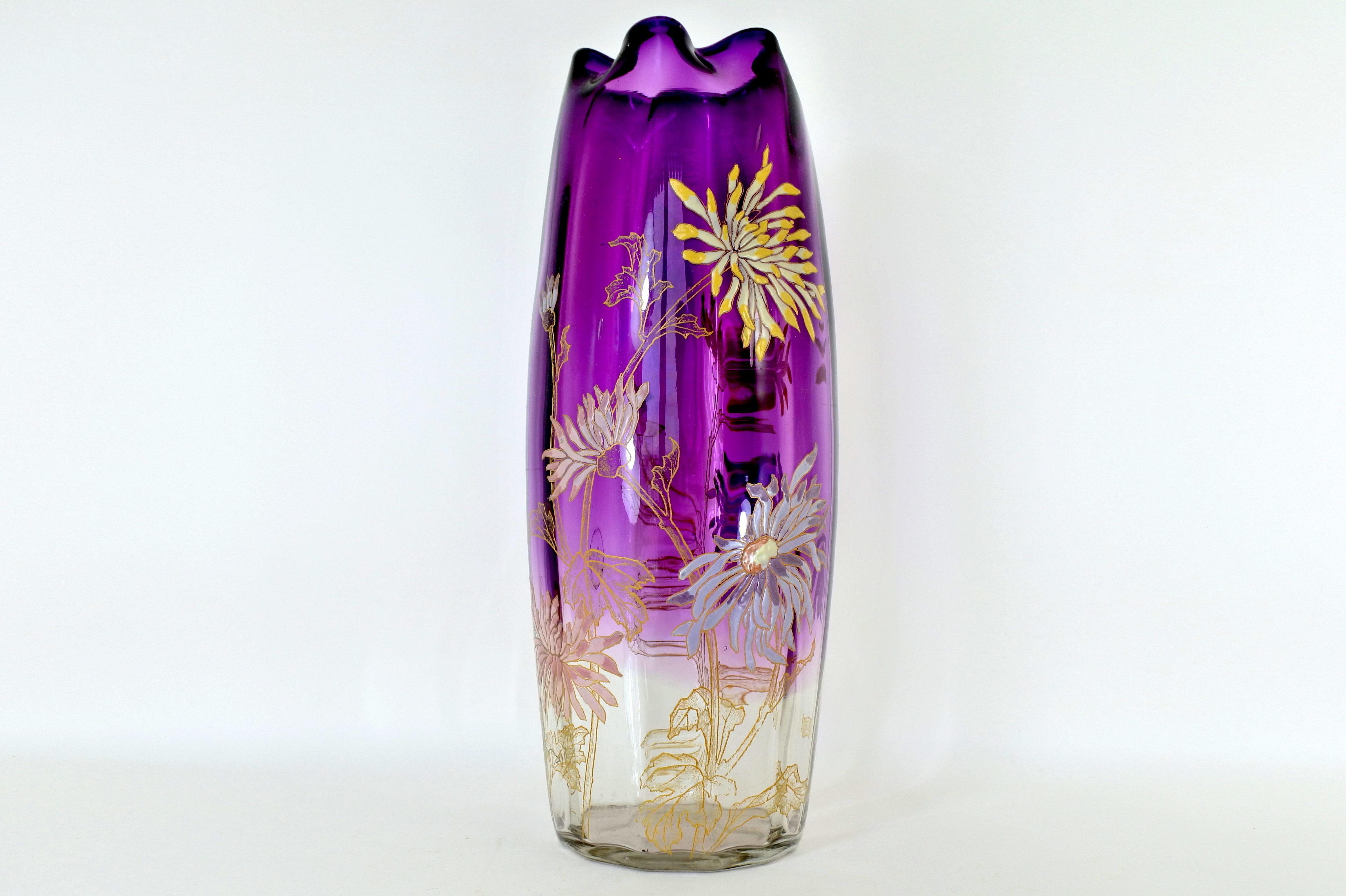 Vaso Legras in vetro soffiato con decoro di crisantemi smaltati