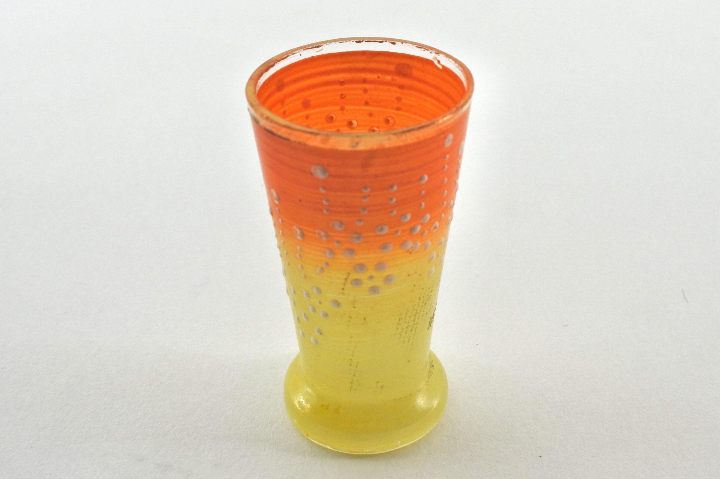 Bicchierino in vetro soffiato giallo e arancione con smalti