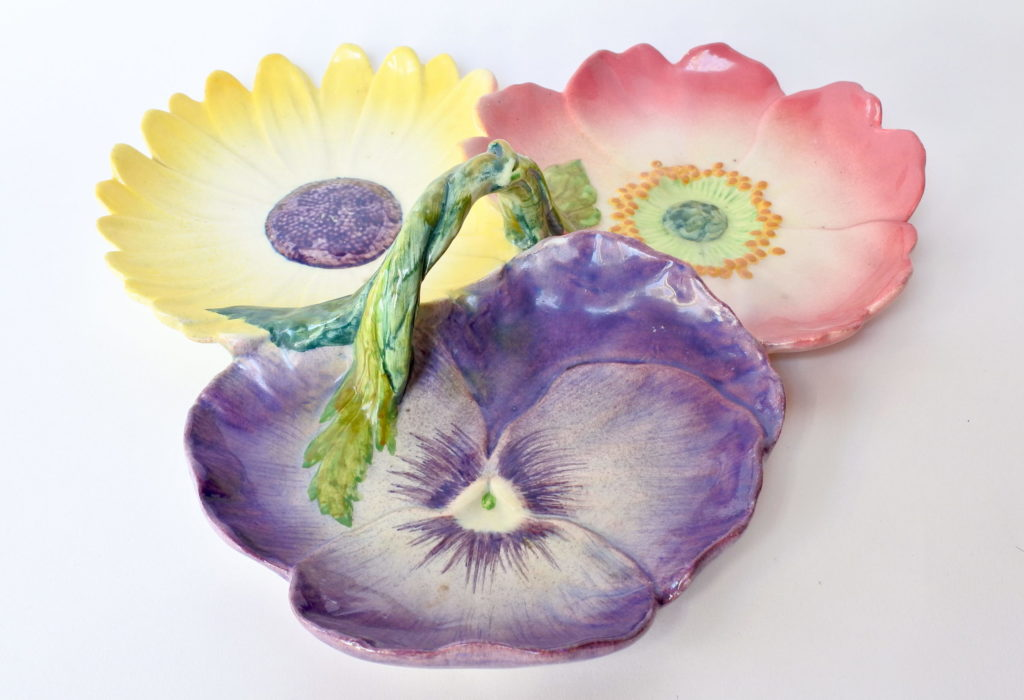 Centro tavola Massier in ceramica barbotine a forma di 3 fiori