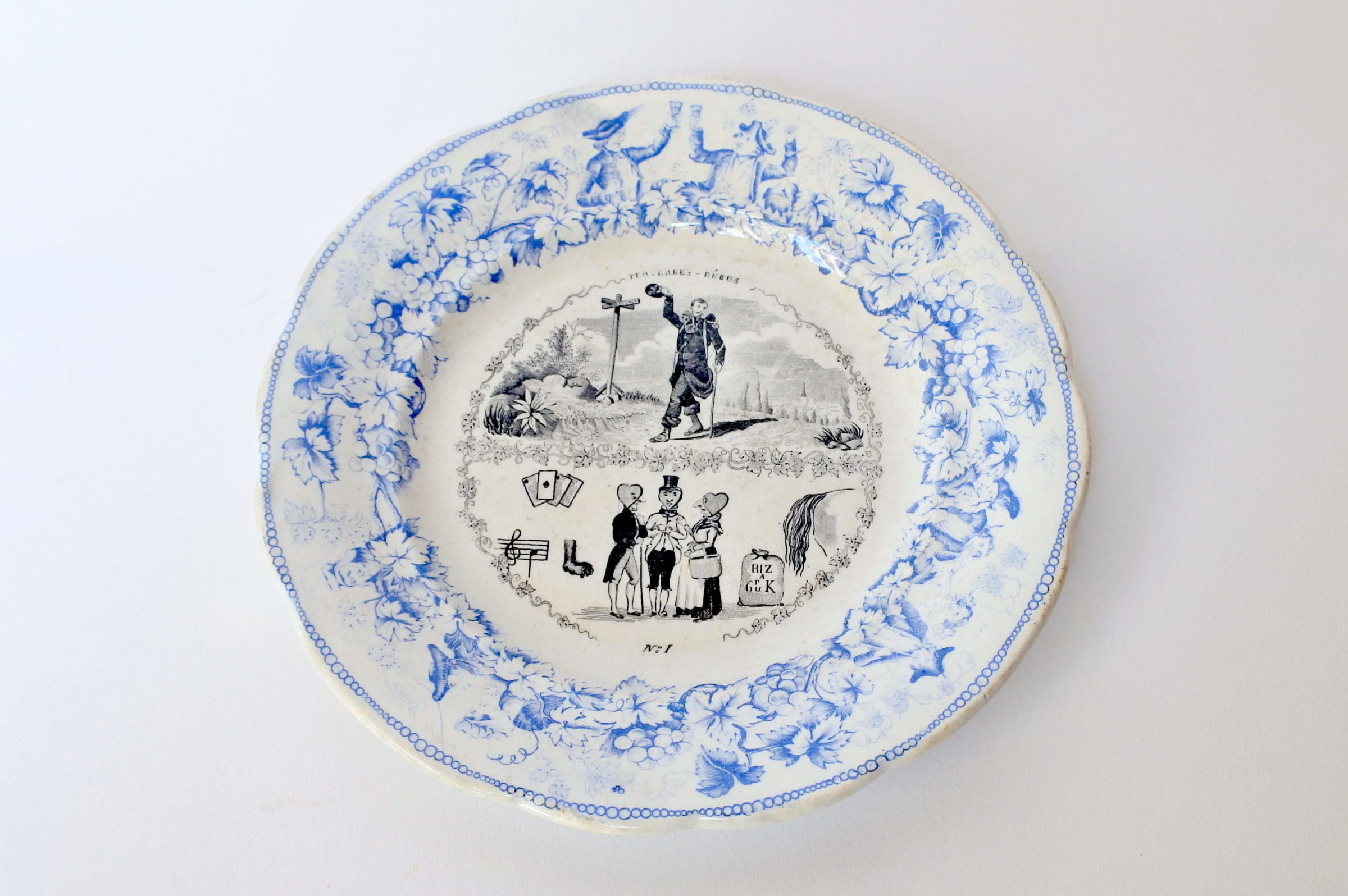 Piatto in ceramica con cornice blu decorato con rebus - decoro n° 1