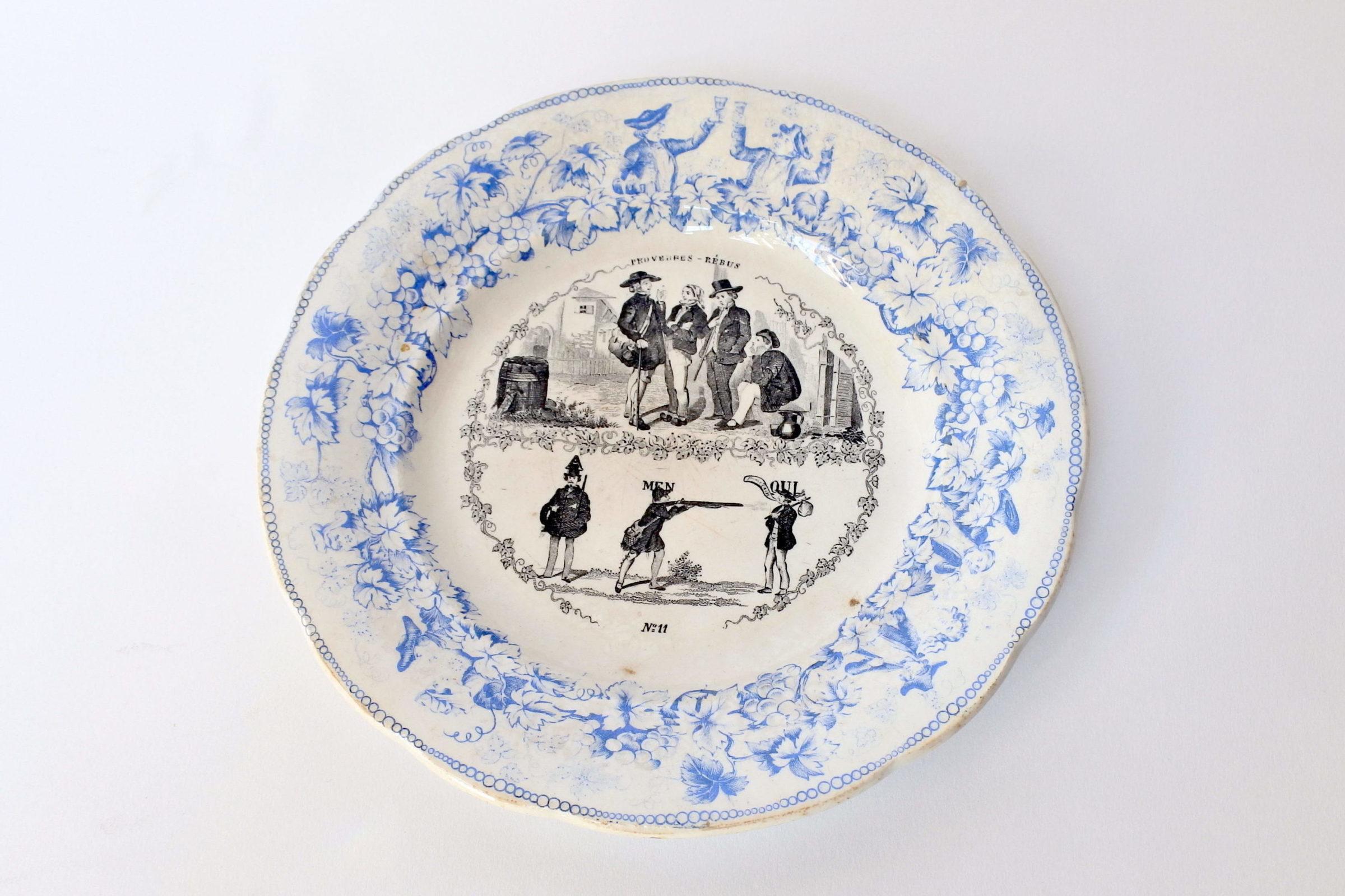 Piatto in ceramica con cornice blu decorato con rebus - decoro n° 11