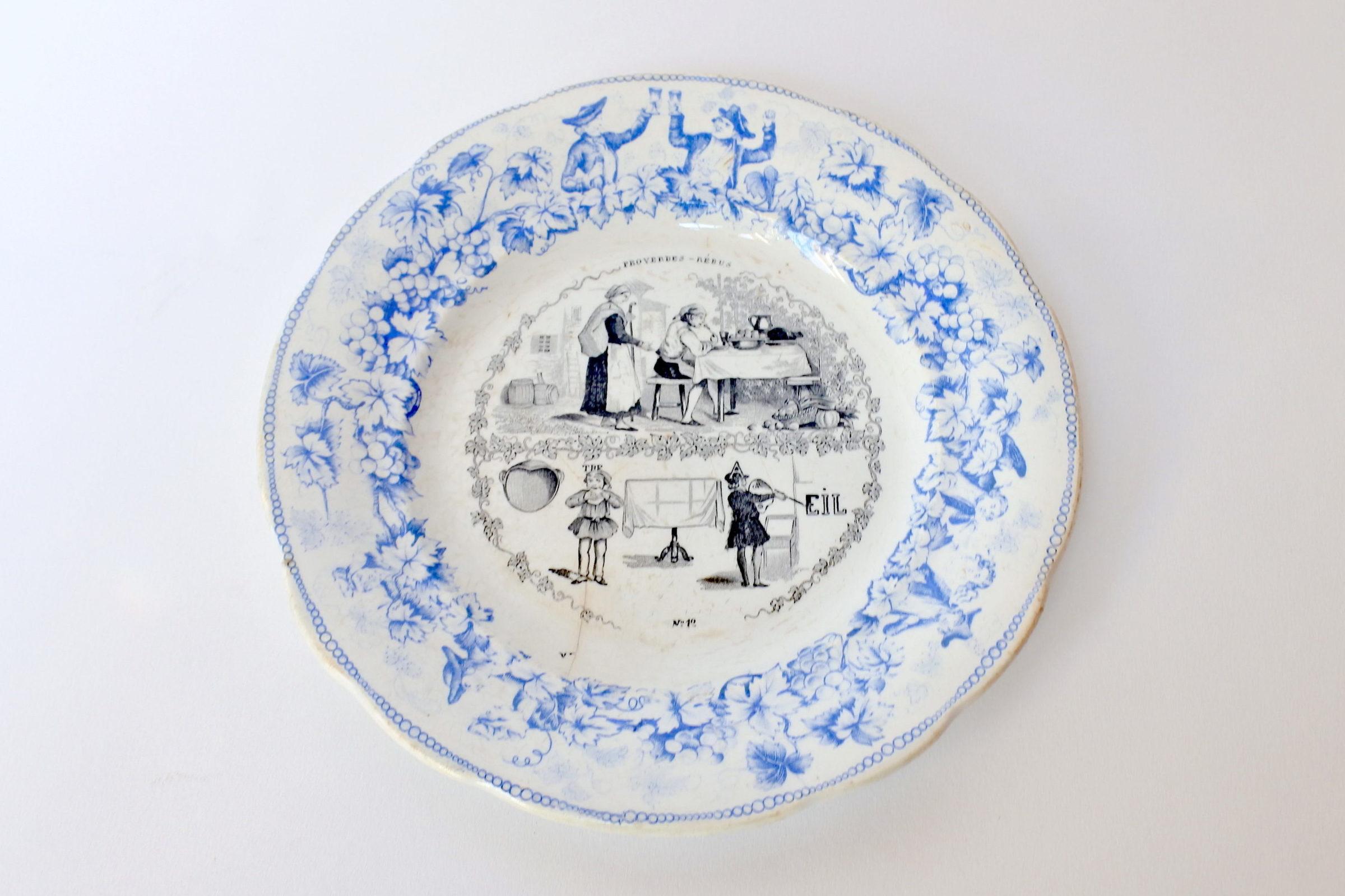 Piatto in ceramica con cornice blu decorato con rebus - decoro n° 12