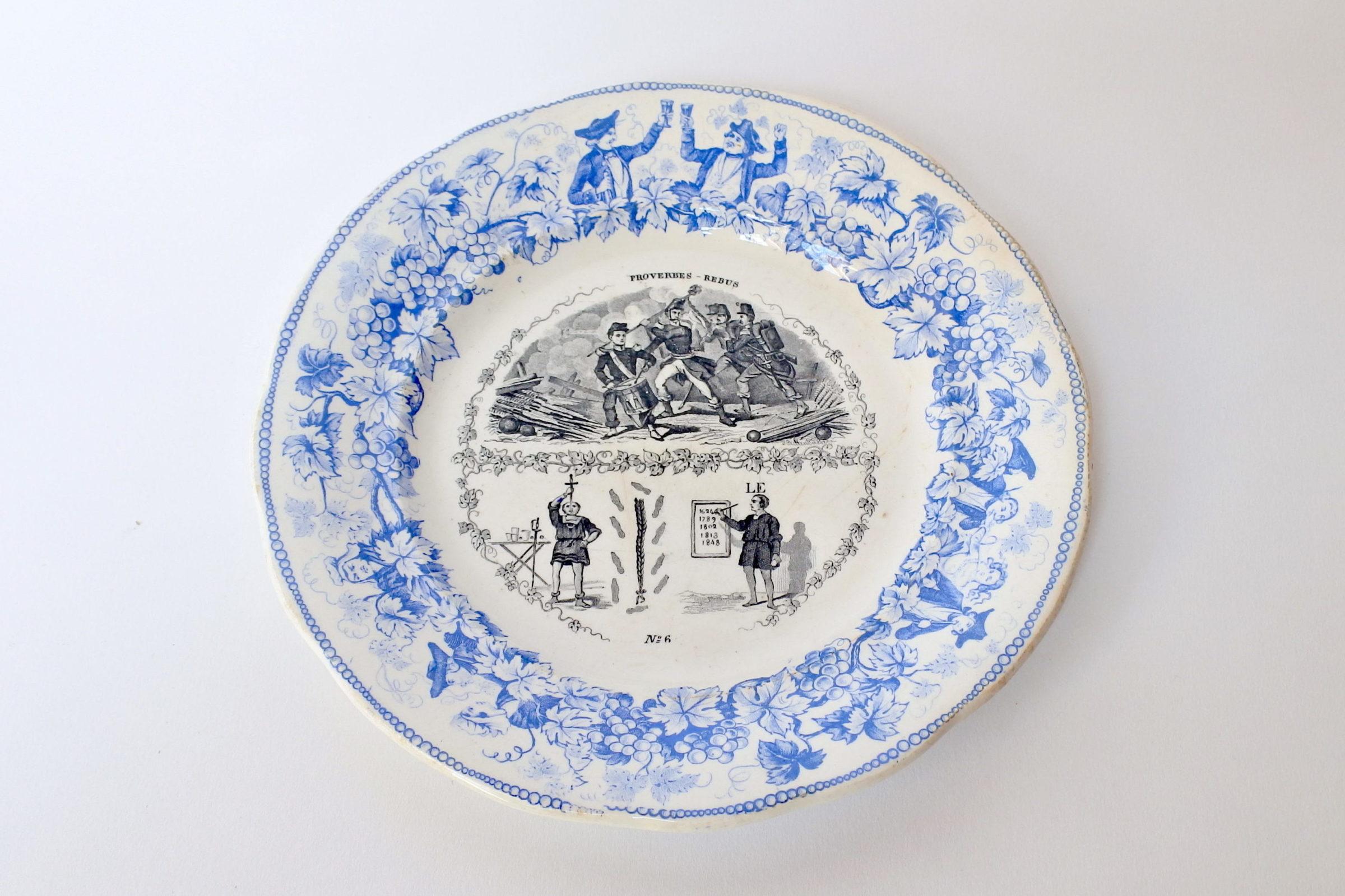 Piatto in ceramica con cornice blu decorato con rebus - decoro n° 6