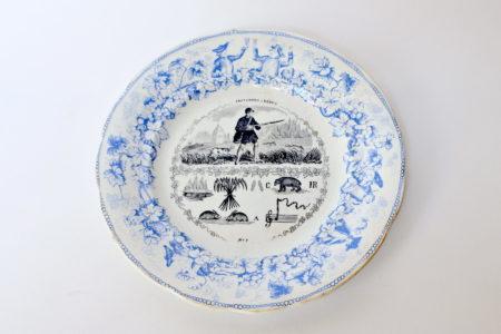 Piatto in ceramica con cornice blu decorato con rebus - decoro n° 8