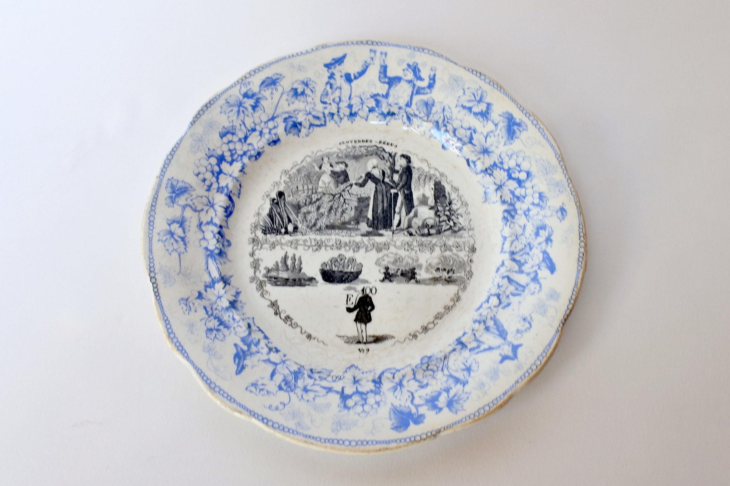 Piatto in ceramica con cornice blu decorato con rebus - decoro n° 9