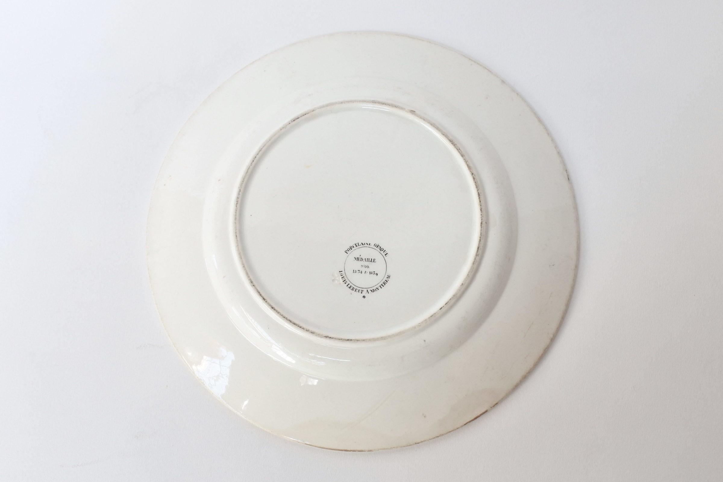 Piatto in ceramica con cornice nera decorato con rebus - 2