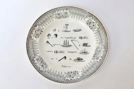 Piatto in ceramica con cornice nera decorato con rebus
