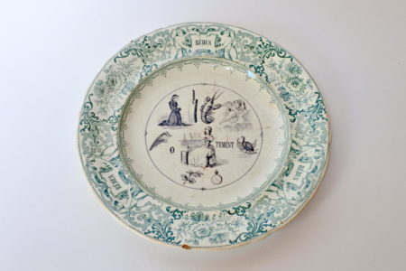 Piatto in ceramica con cornice verde decorato con rebus - decoro n° 12