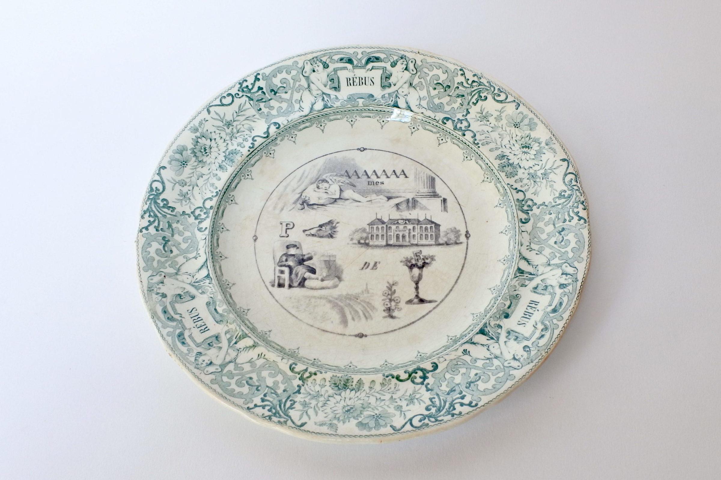 Piatto in ceramica con cornice verde decorato con rebus - decoro n° 4