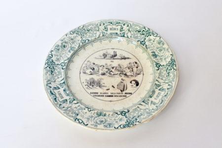 Piatto in ceramica con cornice verde decorato con rebus - decoro n° 7