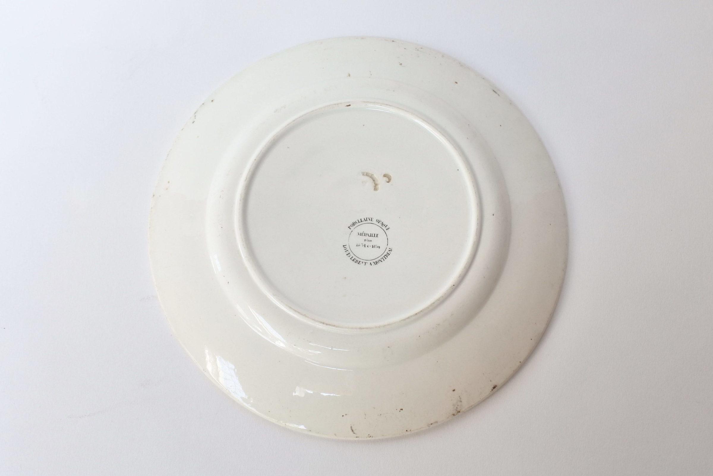 Piatto in ceramica con fascia nera decorato con rebus - 2