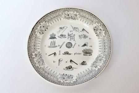 Piatto in ceramica con fascia nera decorato con rebus
