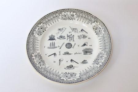 Piatto in ceramica con rebus e cornice nera con fiori uccelli