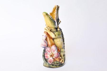 Vaso in ceramica barbotine a forma di coccodrillo